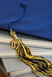 Casquillo 2007 y libros de la graduación fotos de archivo