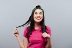 Casquillo adolescente de la muchacha del estilo sport de la mujer en el pelo largo principal que presenta en verde Estilo de la j Imagenes de archivo