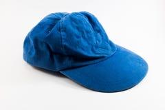 Casquillo azul arrugado en el fondo blanco Fotografía de archivo