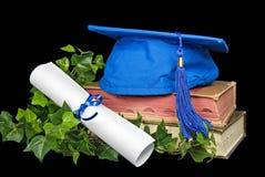 Casquillo azul de la graduación en los libros viejos Fotos de archivo libres de regalías