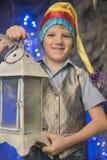 Casquillo brillante del muchacho con una linterna imágenes de archivo libres de regalías