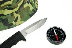 Casquillo, cuchillo militar y compás aislados Foto de archivo