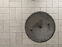Casquillo de acero del dren del círculo en la calzada peatonal fotos de archivo
