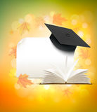 Casquillo de la graduación en fondo del otoño con un libro ilustración del vector
