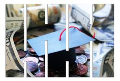 Casquillo de la graduación de la universidad de Loan Debt With del estudiante en el dinero con las barras fotografía de archivo libre de regalías
