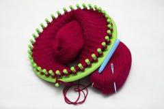 Casquillo de lana hecho punto en un telar circular, artes hechos en casa Fotos de archivo