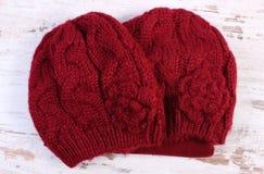 Casquillo de lana para la mujer en viejo fondo de madera Fotografía de archivo libre de regalías