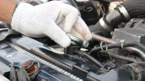 Casquillo de radiador del cambio del coche almacen de metraje de vídeo