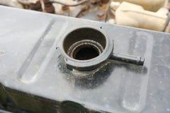 Casquillo de radiador viejo debajo de la capilla del coche Fotos de archivo libres de regalías