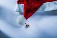 Casquillo de Santa Claus en la superficie blanca fotografía de archivo libre de regalías