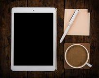 Casquillo del café y PC y pluma de la tableta Imagenes de archivo