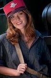 Casquillo del conductor que desgasta sonriente de la mujer joven Imagenes de archivo
