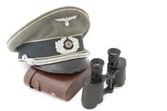 Casquillo del oficial y vidrio de campo alemanes viejos imagen de archivo libre de regalías