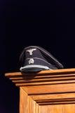 Casquillo nazi exhibido en guardarropa de madera imágenes de archivo libres de regalías