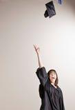 Casquillo que lanza del estudiante de graduación en aire Fotos de archivo libres de regalías