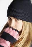 Casquillo que lleva y bufanda del adolescente de moda Fotografía de archivo libre de regalías