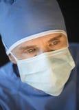 Casquillo quirúrgico de Wearing Mask And del cirujano de sexo masculino Fotos de archivo