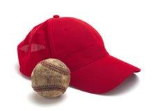 Casquillo rojo y béisbol Fotografía de archivo