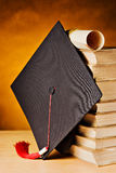 Casquillo y libros de la graduación Fotos de archivo