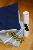 Casquillo y libros de la graduación fotografía de archivo