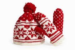 Casquillo y manoplas hechos punto del invierno. en blanco Fotos de archivo libres de regalías