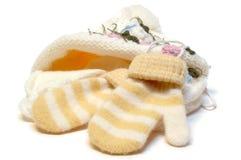 Casquillo y manoplas hechos punto lanas del invierno. Foto de archivo libre de regalías