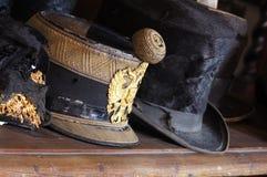 Casquillo y sombrero de copa militares del vintage Imagen de archivo