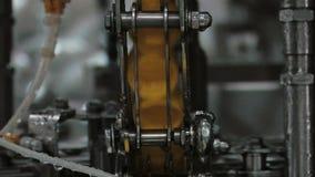 Casquillos amarillos de la botella en la producción de la fábrica almacen de metraje de vídeo