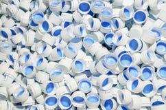 Casquillos blancos de botellas plásticas Fotografía de archivo libre de regalías