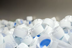Casquillos blancos de botellas plásticas Fotos de archivo libres de regalías