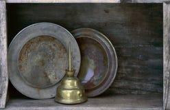 Casquillos de eje de los hubcaps y engrasador aherrumbrados en estante imágenes de archivo libres de regalías