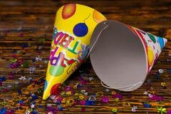 Casquillos del cumpleaños y confeti festivo colorido Fotos de archivo
