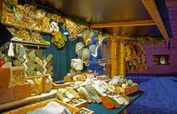 Casquillos hechos punto, manoplas y otros regalos por la Navidad y el Año Nuevo Imágenes de archivo libres de regalías