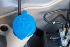 Casquillos líquidos dentro de un motor de coche fotografía de archivo