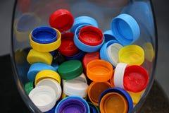 Casquillos plásticos coloreados imagen de archivo