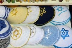 Casquillos religiosos judíos hechos punto (yarmulke) Fotografía de archivo libre de regalías