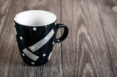 Cassé et collé avec une tasse d'emplâtre adhésif Le concept de la destruction des relations, l'espace libre pour le texte Photo stock