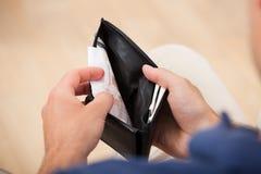 A cassé l'homme tenant le portefeuille Image stock
