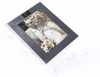 A cassé le cadre de photo des ménages mariés Image stock