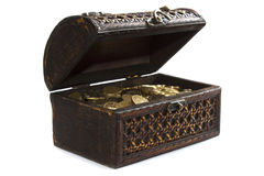 Cassa con le monete di oro isolate su priorità bassa bianca Immagine Stock Libera da Diritti