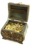 Cassa con le monete ed il tasto Fotografia Stock