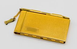 Cassa d'annata personale del taccuino dell'oro con la penna isolata su bianco Immagine Stock