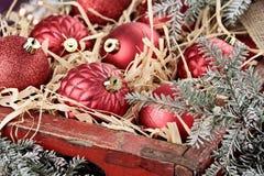 Cassa degli ornamenti di vetro di Natale Fotografia Stock