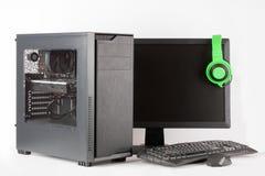 Cassa del computer della torre del Midi con il monitor principale su fondo bianco Fotografie Stock
