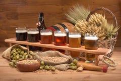 Cassa della birra con i vetri di birra Fotografie Stock