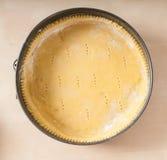 Cassa della pasta frolla in vassoio del forno (vista superiore) su legno Fotografia Stock Libera da Diritti