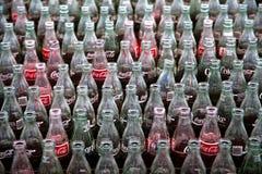 Cassa delle bottiglie di vetro d'annata del coke Fotografia Stock