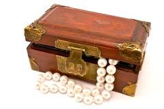 Cassa di legno con le perle fotografia stock libera da diritti
