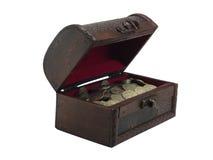 Cassa di legno del Antiquarian con le monete immagine stock libera da diritti