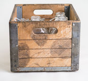 Cassa di legno in pieno delle bottiglie per il latte Fotografia Stock Libera da Diritti